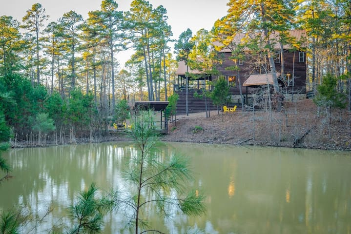 Four Sister Lodge Luxury 5+ Bedroom Secluded and on Private Fishing Pond!