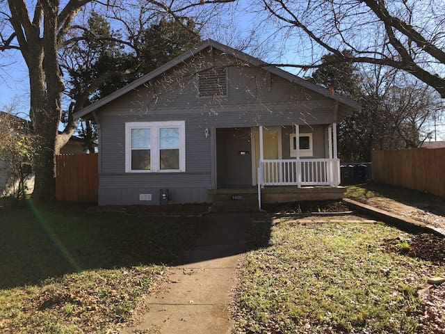 Cozy 2 bedroom house outside of downtown Dallas