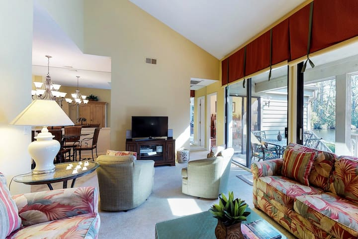 Comfy condo w/ shared pool, tennis courts, &  deck - close to golf & beaches