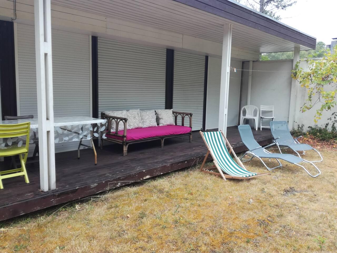 terrasse couverte pour les repas. Repos au jardin.