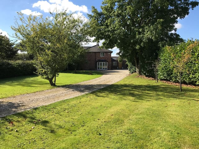 Family Home in the country with a large garden - Stretton