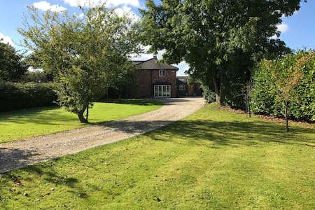 Family Home in the country with a large garden - Stretton - House
