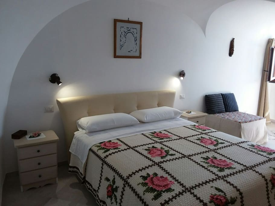 Camera matrimoniale con pouf singolo/Double bedroom with single bed pouffe