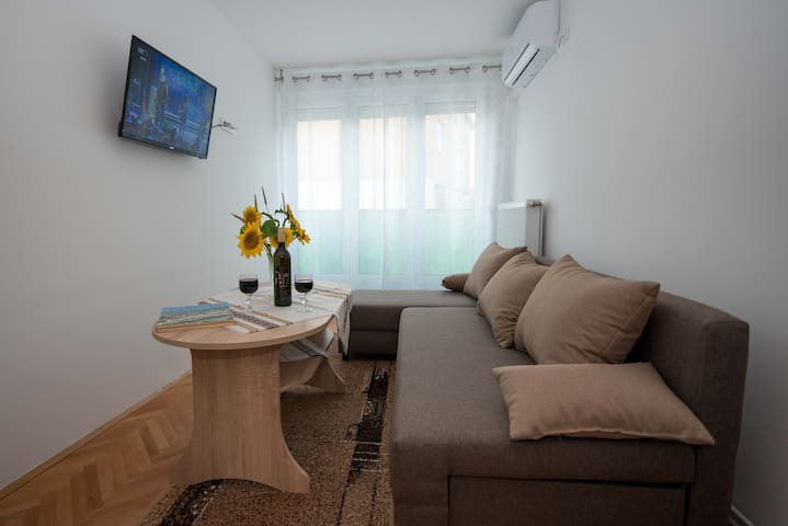 Large windows offer plenty of light. Entertainment in the evening offers you a large, modern TV