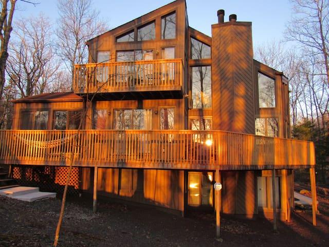 Spacious home, game room, fireplace, hot tub, lake