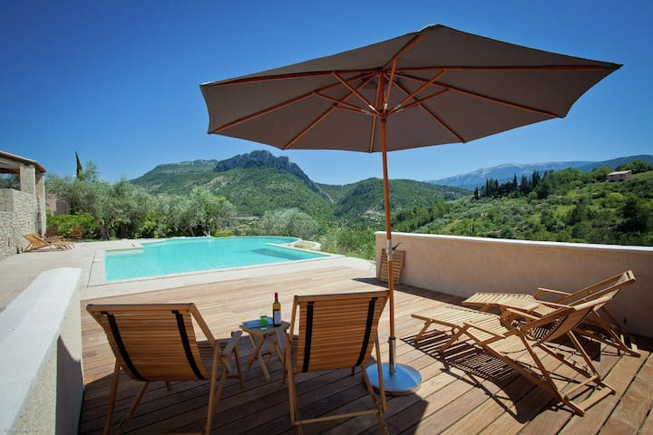 Amazing villa with panoramic view in the hills of the Mont Ventoux
