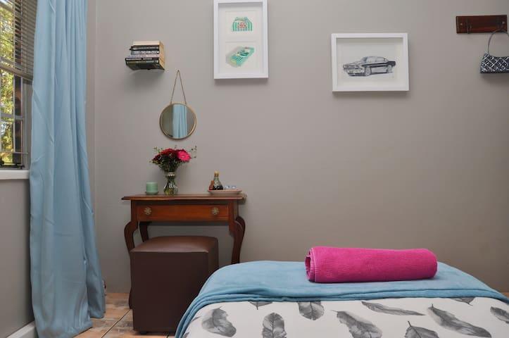 Room 1 : Vanity desk & mirror with hair dryer