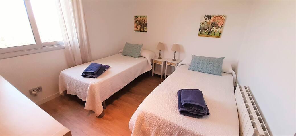 Bedroom downstairs set as twin beds Dormitorio en planta baja con 2 camas individuales