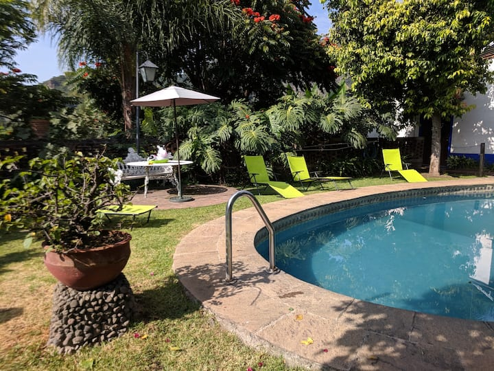 La Casa Blanca - Villa with Pool in Center of Town
