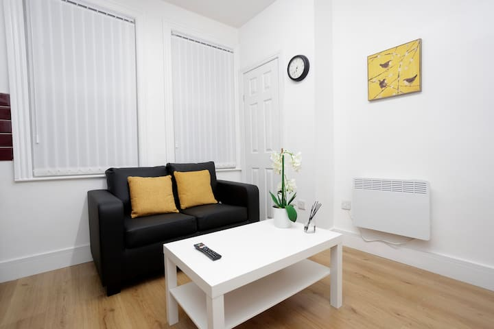 2 BEDROOMS FULL PRIVATE FLAT. NEAR UNI AND CITY