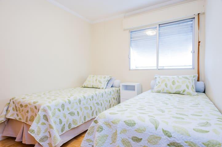Quarto 2 com 2 camas solteiro king