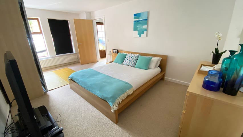 Independent & comfortable room near city Airport !