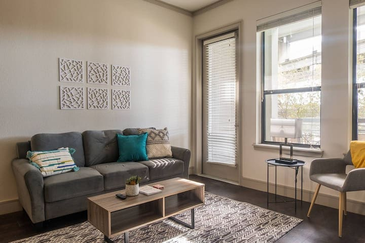 Hip + Comfortable 1BR Apt in Downtown