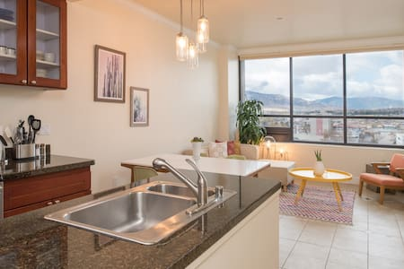 Panoramic Mountain View Penthouse Suite - Reno