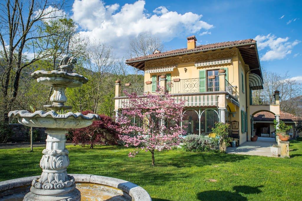 Vista dell'esterno di villa Azalea: parco frontale con fontana