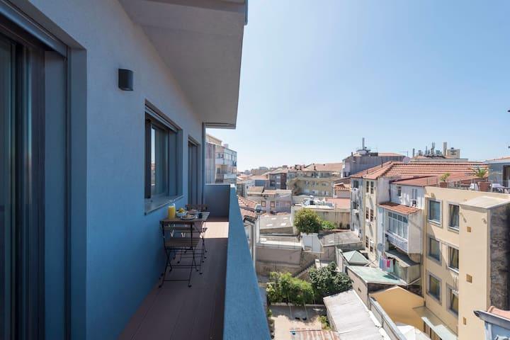 Gorgeous Modern Flat w/ Balcony