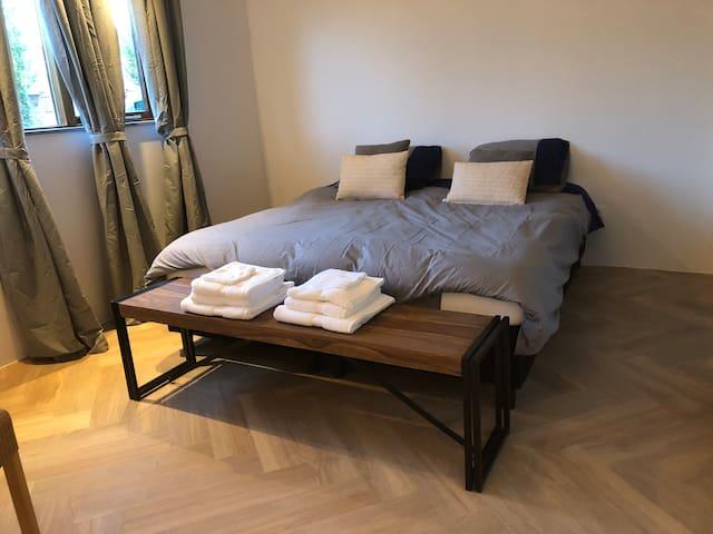 Luxe twee-persoons kamer met eigen ingang