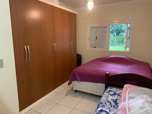 suíte casal + cama solteiro e armário amplo