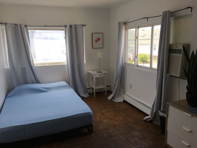 Room in Rockaway Beach House-Close to Subway&Beach