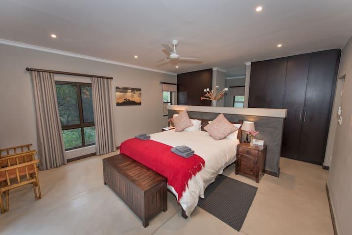 Honeymoon Suite, Nyaleti Lodge 310