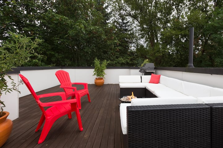 Cozy Townhome w/ private rooftop and fire pit!