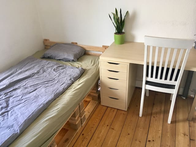Comfortable room   - Close to center/free parking