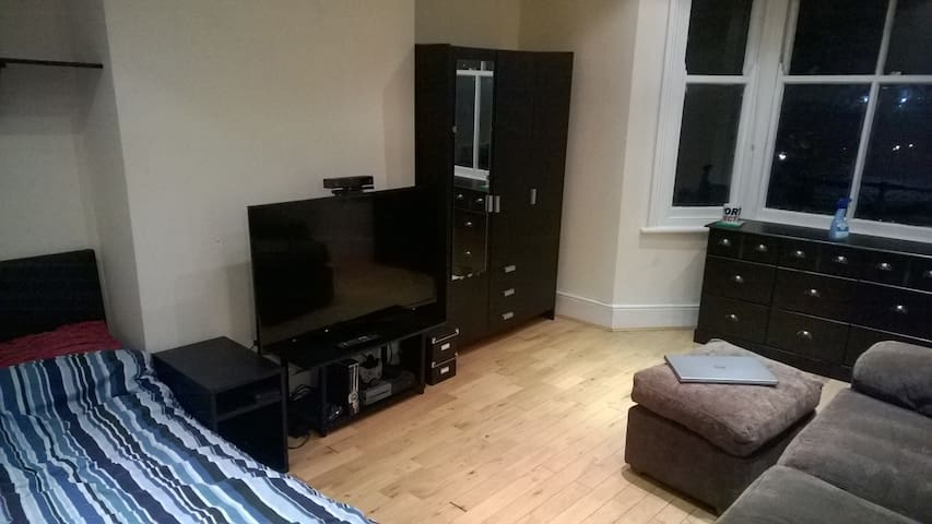 "Large Double Room, Sofa, 50"" HDTV, XBox One - Londres - Maison"