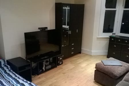 "Large Double Room, Sofa, 50"" HDTV, XBox One - Londres - Casa"