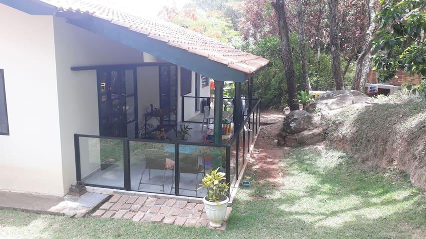 Casa pequena charmosa com área verde