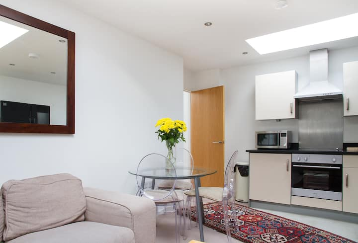 Private room in Clapham (FREE gated parking)