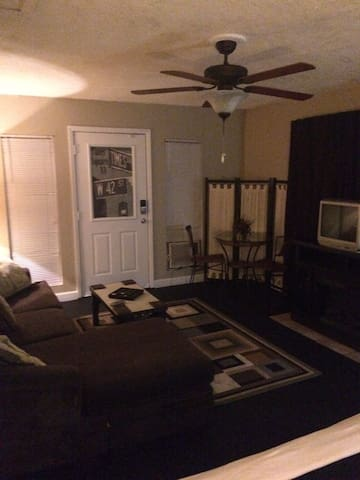 Room w/private entrance, sitting area & queen bed