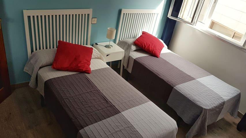 En total hay camas para 8 personas: 6 individuales y una doble.