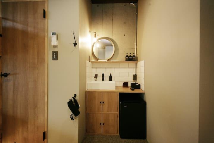 【ゾンクホテル天神渡辺通】1室貸切 デラックスルーム シングルベッド4台 簡易キッチン付 禁煙3E