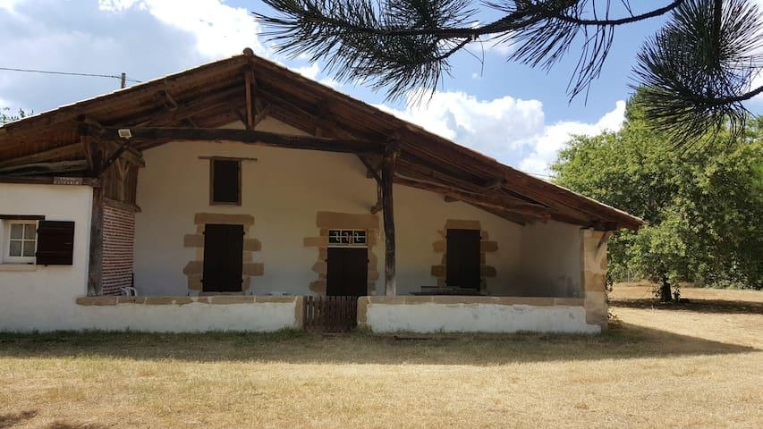 FERME LANDAISE TRADITIONNELLE AU COEUR DE LA FORET - Préchac - Huis