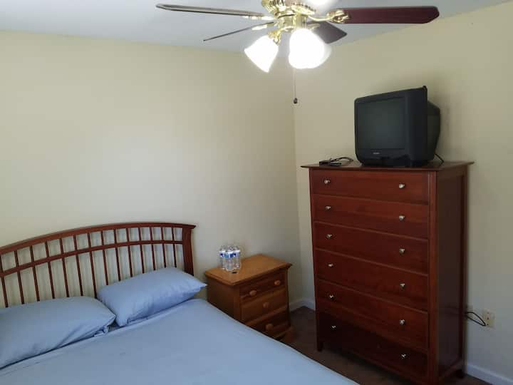 Listing S12 - private room, cable ,WiFi.