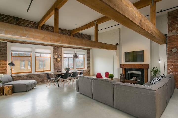 GASTOWN HERITAGE PENTHOUSE + PRIVATE ROOFTOP DECK