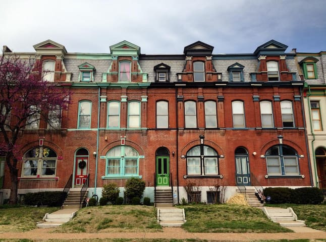 2 Br Historic Row House With Mod Decor Townhouses For