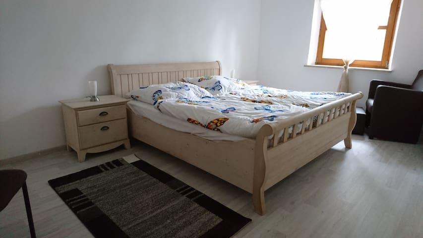 Schlafzimmer 1 Bett 180x200 15 m²