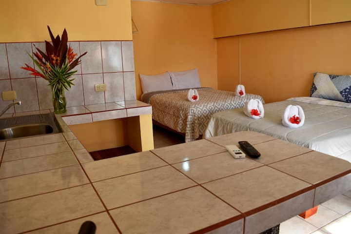 2 Double Bed, AC, Private Bathrom-Quepos Paraíso