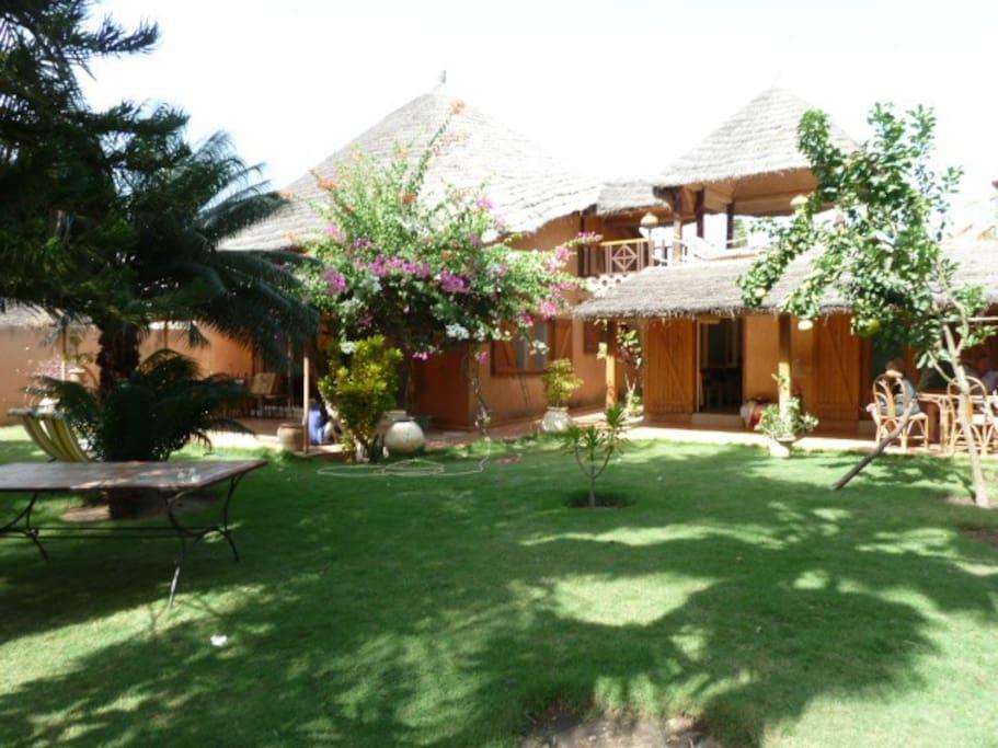 villa de charme avec jardin jacuzzi villas louer saly thi s s n gal. Black Bedroom Furniture Sets. Home Design Ideas