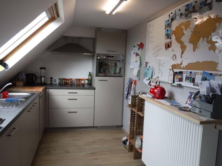 De keuken met oven en microgolf