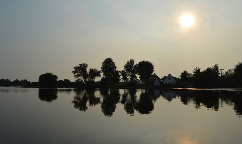Rustig gelegen woonboot op een idyllisch plekje