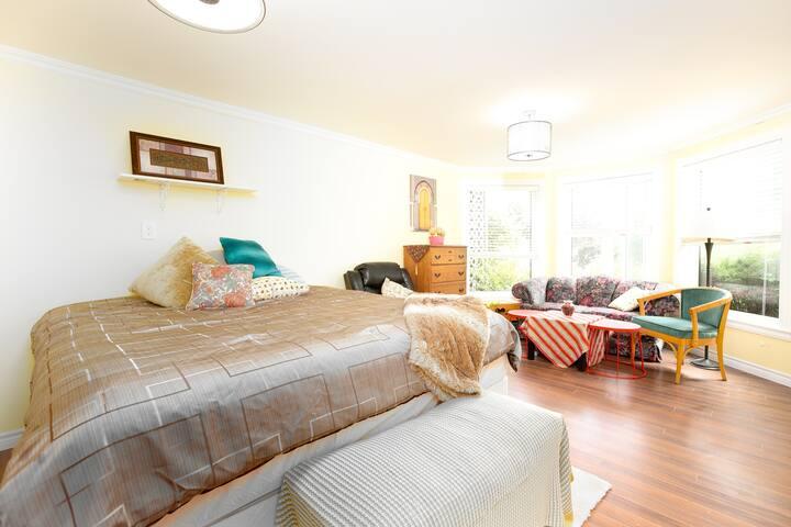 R4Peony房间,258sq.ft, 最大的房间,拥有独立客厅区域,与R5房间可组成家庭套房,共享一间独立双盆卫生间