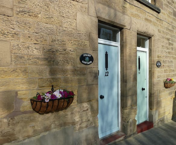 Juliet Cottage, Historic stone cottage Alnwick.