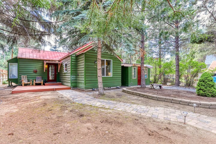 Charming, family-friendly house w/ separate studio in downtown Sisters!