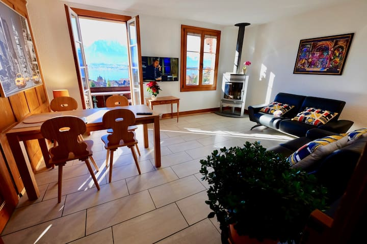 """The Living-room. ✍️ """"This place has really nice lake view and very clean and cozy rooms. We enjoyed there a lot. This property is a great place to stay. / Mike September 2018"""""""