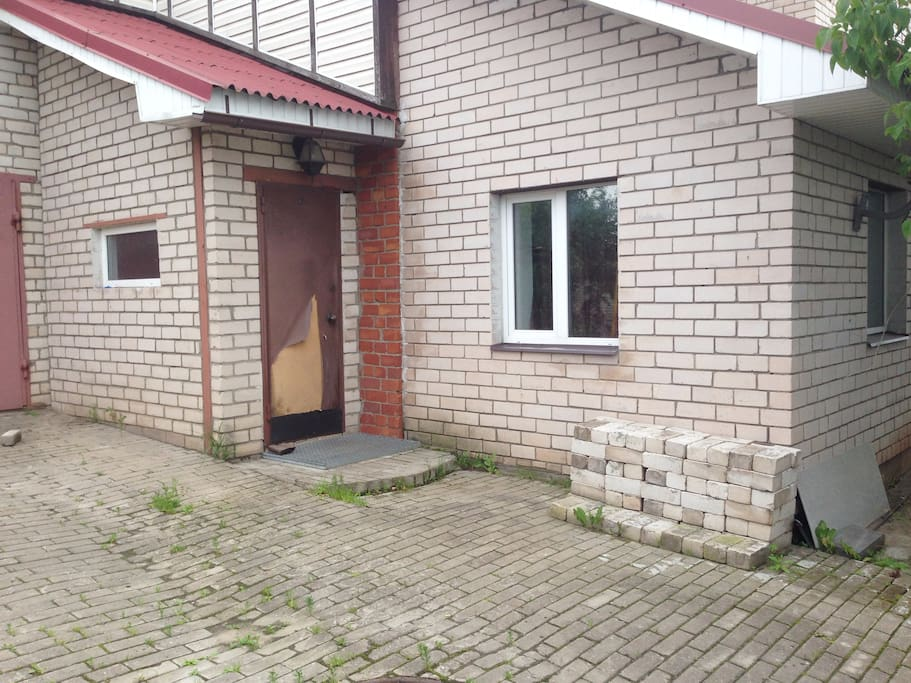 Дверь пострадала после последней грозы. Хозяева прятались дома, собака испугалась и рвалась внутрь. Дверь починим до приезда!