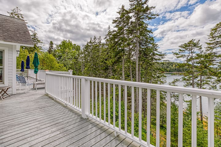Comfortable bayfront home w/ beautiful views, large deck & shared dock- dogs OK!