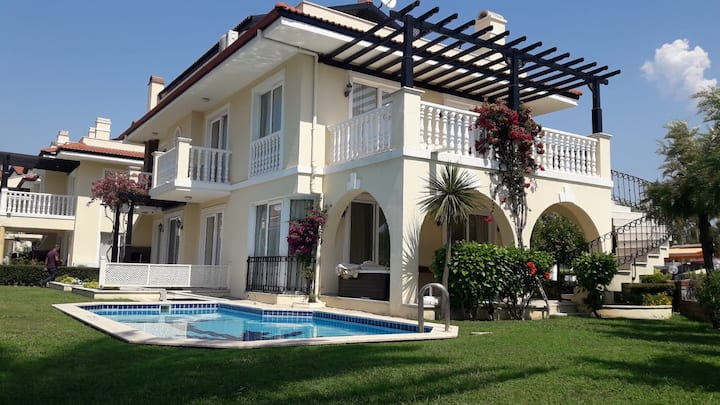 Denize Sıfır site  içinde Özel  Havuzlu Villa