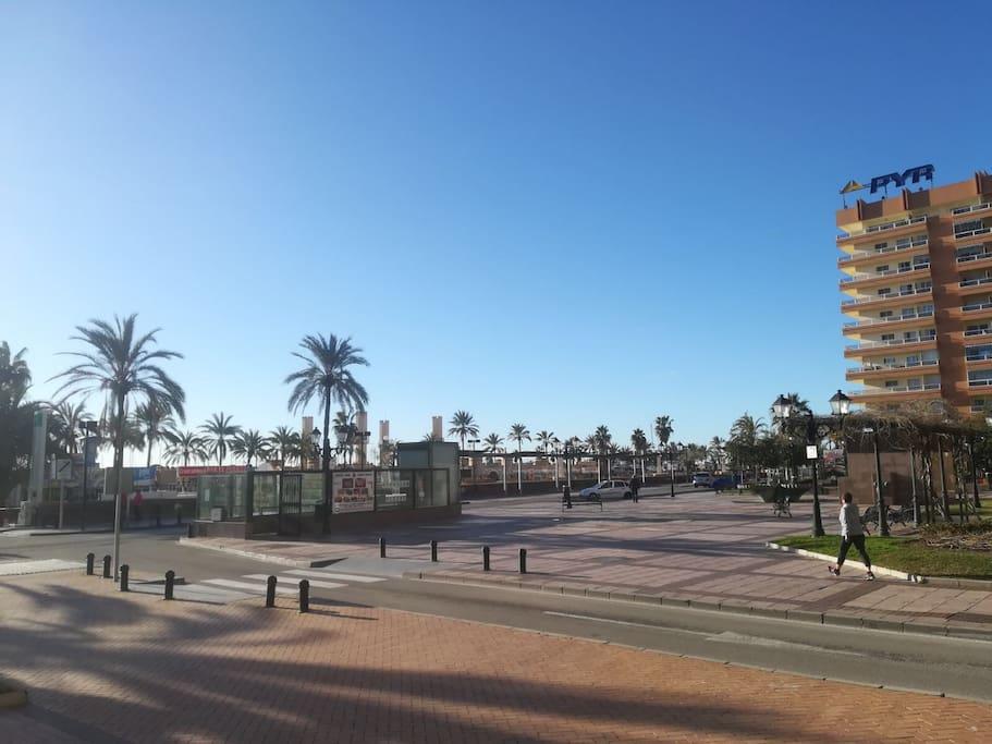 En frente justo el puerto deportivo de fuengirola al lado el hotel pyr y justo detras el hotel florida spa